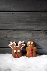 Lebkuchenfiguren auf Schnee