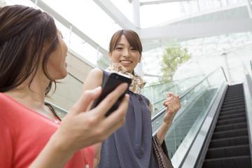Mobile phone、Woman、Escalator