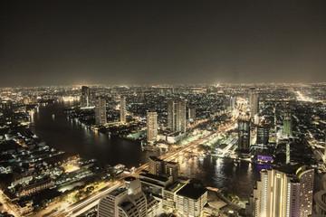 Bangkok bei Nacht mit Autobahn- und Flussverkehr