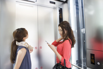 Elevator、Mobile phone、Woman