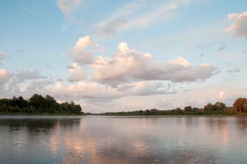Утро на реке. Легкий ветерок с плывущими облаками