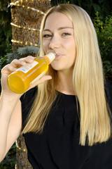 Twen trinkt Fassbrause auf Garten-Party