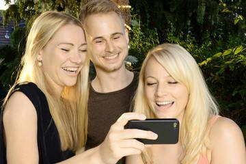 Jugendliche fotografieren Selfie mit Smartphone