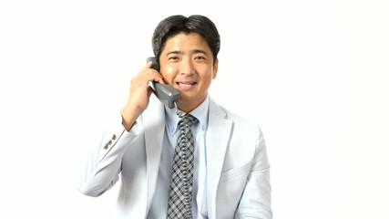 受話器を持つ男性