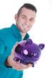 Junger freundlicher Bankkaufmann mit Sparschwein lächelt