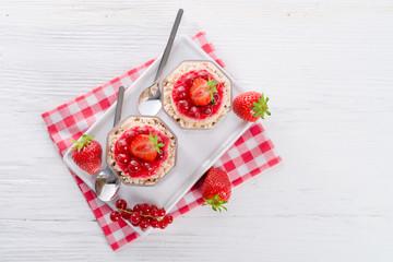 Strawberry - currant crumble Dessertt