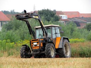Krähe sitzt auf Frontlader von Traktor