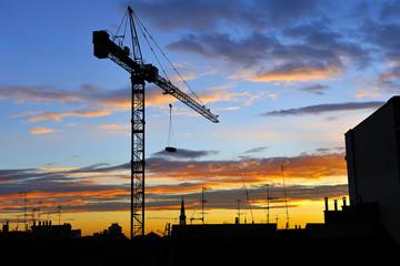 Gru e nuvole - Cantiere di costruzione al tramonto