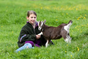 Mädchen und Lamm halten Hand