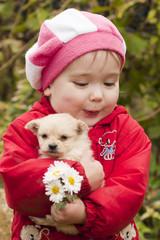 Ребёнок держит щенка