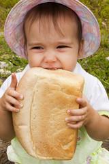Девочка кушает хлеб