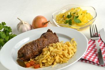 Rindsrouladen mit Spätzle und Kartoffelsalat