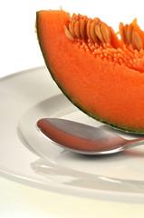 Tranche de melon dans l'assiette