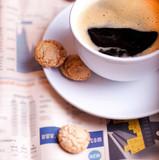 Kaffee und Zeitung zum Frühstück