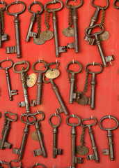 ancient rusty iron keys in an antique shop © ChiccoDodiFC
