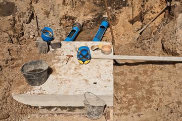 Ein Abwasserschacht wurde mit einer Betonplatte abgedeckt