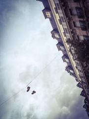 Chaussures accrochées dans les rues de Paris