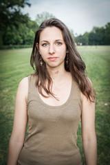 Ritratto di una ragazza al parco