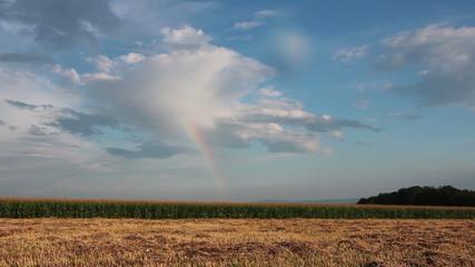 Regenbogen über einem Feld, Zeitraffer