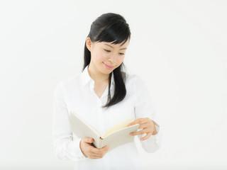 本を持つ若い女性