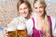 Frau und Mann in Tracht mit Bier