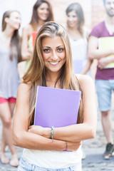 Giovane studentessa presso il campus con i suoi compagni