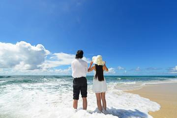 美しいビーチで寛ぐカップル