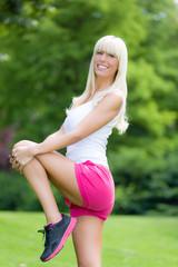 Junge Frau macht Sport im Park