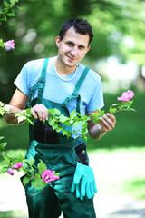 Gärtner begutachtet Blüte