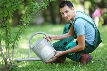 Gärtner beim Gießen
