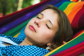 Портрет спящей привлекательной девушки