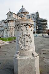 Pilastro in marmo, reggi catena, simbolo pisano