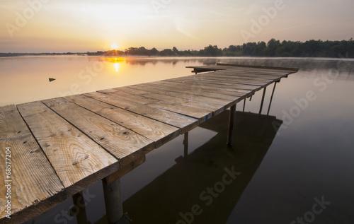 Pomost nad rzeką o wschodzie słońca © Mike Mareen