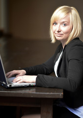 Frau mit Laptop am Tisch