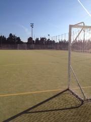 un campo da calcio vuoto in mezzo alla campagna