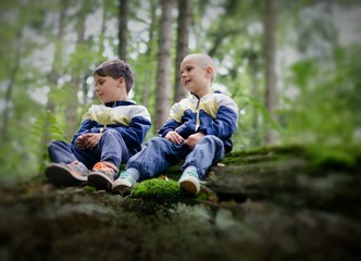 Kinder sitzen auf einem Fels