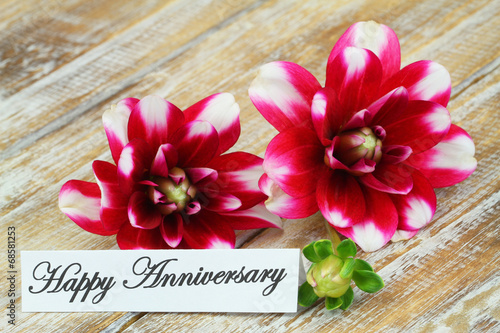 Foto op Plexiglas Dahlia Happy Anniversary card with dahlia flowers on wooden surface
