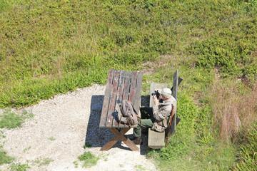 älterer Wanderer auf Holzbank