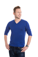 Portrait: junger Mann in blau isoliert blickt lachend zur Seite