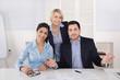 Teamwork: lachendes Business Team mit Chefin im Büro