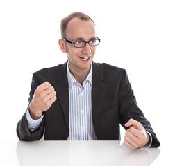 Erfolgreicher isolierter Businessmann in Siegerpose