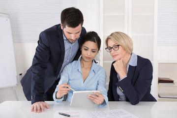 Erfolgreiches Business Team - männlich, weiblich im Büro