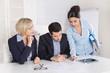 Business Meeting: Personen männlich und weiblich im Büro