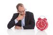 Konzept Arbeitszeit: Chef blickt auf die rote Uhr - vier