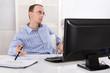 Burnout oder Langeweile im Büro: Businessmann hat Stress