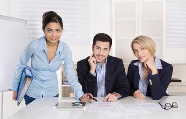 Erfolgreiche Zusammenarbeit: lachendes Business Team im Büro