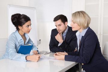 Drei Personen im Gespräch: Business Meeting