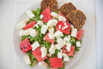 Melonen Rucola Feta Salat mit Vollkornbrot