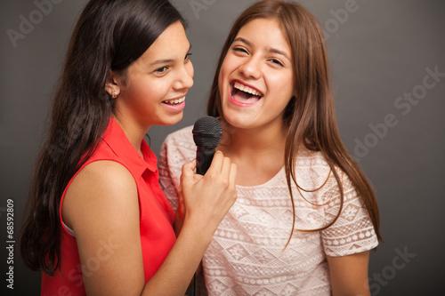 Leinwanddruck Bild Singing with my best friend