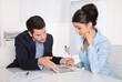 Besprechung im Büro: Business Mann und Frau in Blau